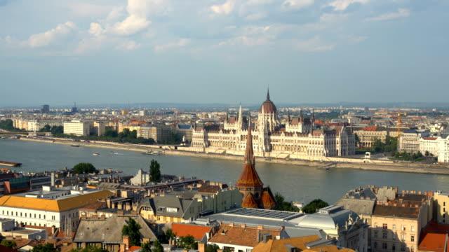 vidéos et rushes de horizon budapest avec le bâtiment de parlement - budapest