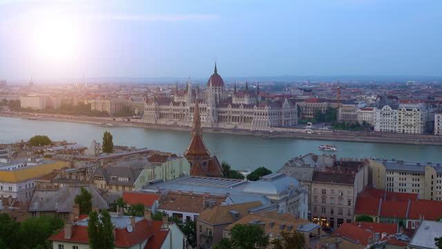 vídeos y material grabado en eventos de stock de skyline budapest con edificio del parlamento - cultura húngara