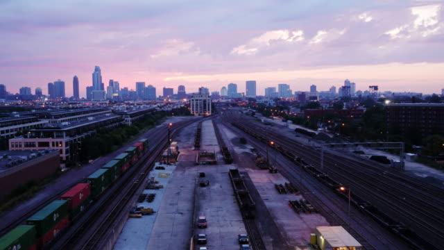 skyline chicago sunrise wide shot - spoonfilm stock-videos und b-roll-filmmaterial