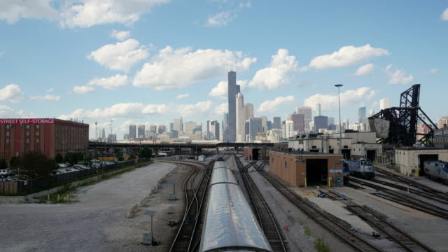skyline chicago timelapse day. overlooking railway tracks. trains leaving and entering the city. - spoonfilm stock-videos und b-roll-filmmaterial