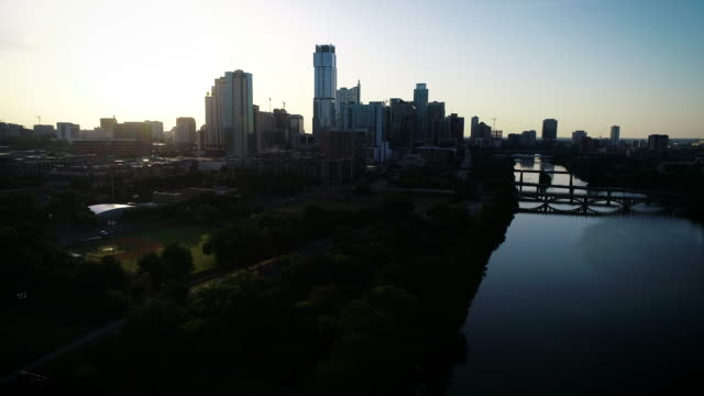 vídeos de stock e filmes b-roll de skyline cityscape silhouette - town
