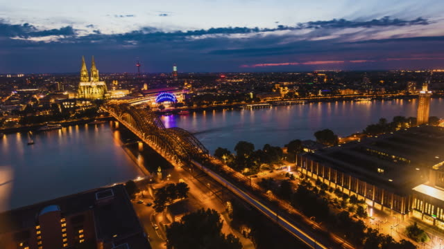 Köln ein Sonnenuntergang Skyline von