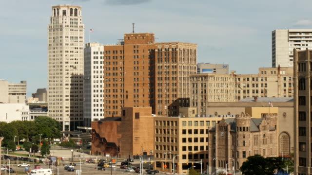 skyline downtown detroit medium wide - spoonfilm stock-videos und b-roll-filmmaterial