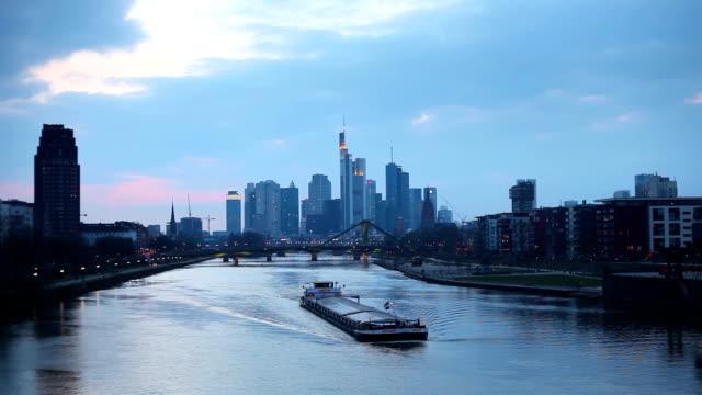 frankfurter skyline bei sonnenuntergang - bankenviertel stock-videos und b-roll-filmmaterial