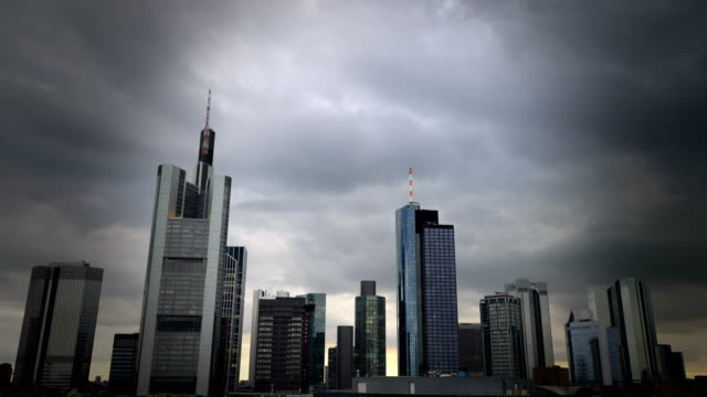 skyline frankfurt, real-time - krise stock-videos und b-roll-filmmaterial