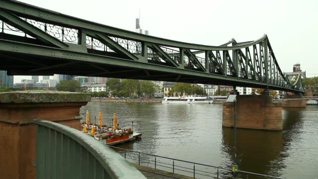 vídeos y material grabado en eventos de stock de skyline frankfurt - restaurante flotante