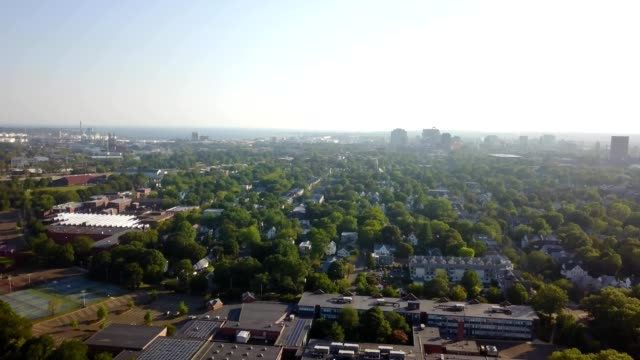 skyline, green trees in new haven, connecticut - new haven stock-videos und b-roll-filmmaterial