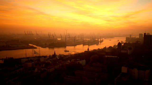 Horizonte de Hamburgo por la puesta de sol