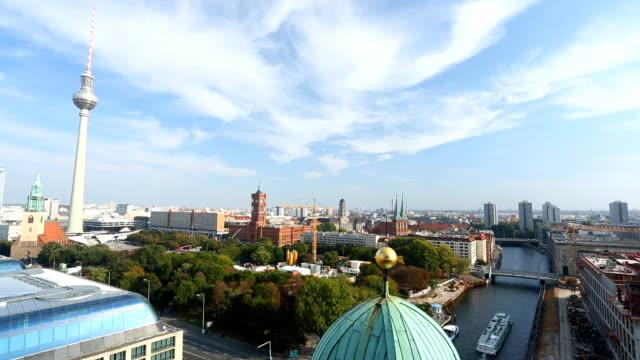 skyline in berlin, zeitraffer - panorama stock-videos und b-roll-filmmaterial