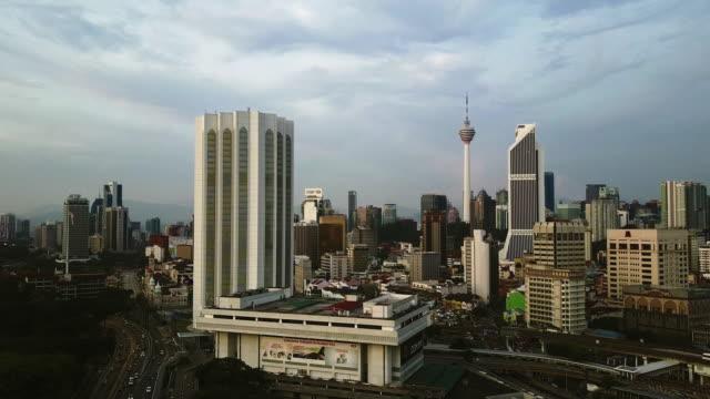 vídeos de stock, filmes e b-roll de horizonte na capital - kuala lumpur, malásia - torre menara kuala lumpur