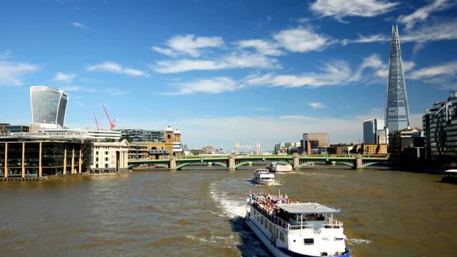 Skyline von London mit Fluß Themse, Zeitraffer