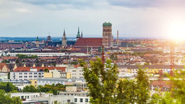 skyline münchen, zeitraffer - panorama stock-videos und b-roll-filmmaterial
