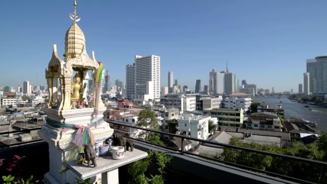 skyline of bangkok with spirit house - バンコク県点の映像素材/bロール