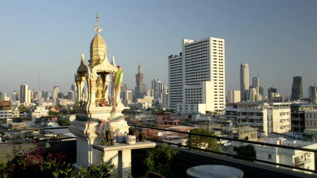 skyline of bangkok with spirit house - thailändische kultur stock-videos und b-roll-filmmaterial