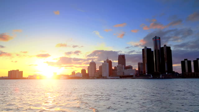 stockvideo's en b-roll-footage met skyline of detroit, mi during sunset - detroit michigan