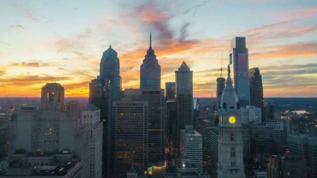 skyline del centro di philadelphia al tramonto - philadelphia pennsylvania video stock e b–roll