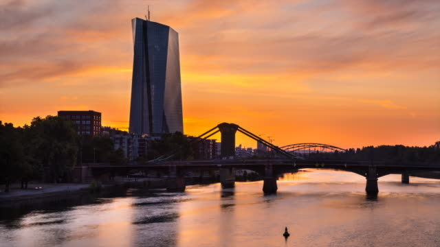 vídeos de stock e filmes b-roll de skyline of frankfurt with main river bridges and and european central bank at sunrise, tl, ws - locais geográficos