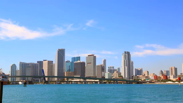 stockvideo's en b-roll-footage met skyline of miami, florida - macarthur causeway bridge