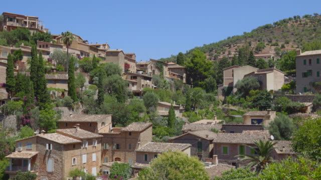 skyline des bergdorfes deia ( deia ) , serra de tramuntana moutains - mallorca , balearen , spanien - war stock-videos und b-roll-filmmaterial