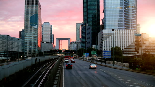 stockvideo's en b-roll-footage met skyline paris la defense bij zonsondergang - financieel district