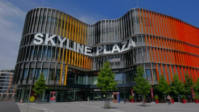 skyline plaza shopping centre at europa allee, frankfurt am main, hesse, germany - städtischer platz stock-videos und b-roll-filmmaterial