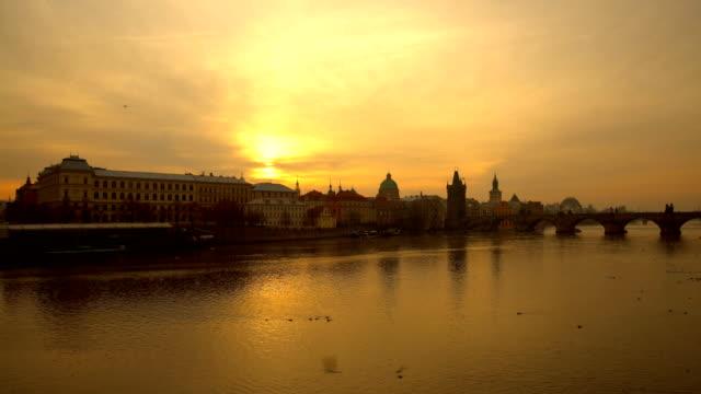 夕暮れ時のスカイライン プラハ - プラハ旧市庁舎点の映像素材/bロール