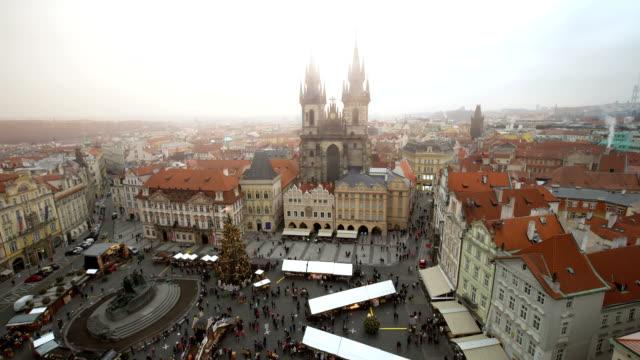 vídeos de stock e filmes b-roll de skyline prague with christmas market - praga boémia