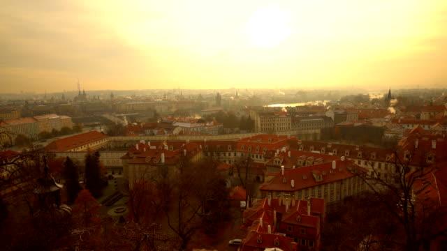 vídeos y material grabado en eventos de stock de praga de horizonte con el sol - cultura checa