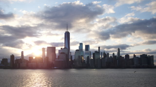 nyc skyline zeitraffer bewölkt morgen ruhig 2020 - one world trade center stock-videos und b-roll-filmmaterial