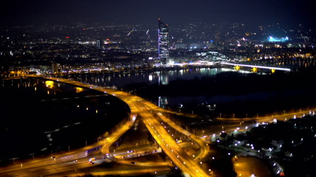 vídeos de stock e filmes b-roll de skyline vienna with highway at night, time lapse - viena