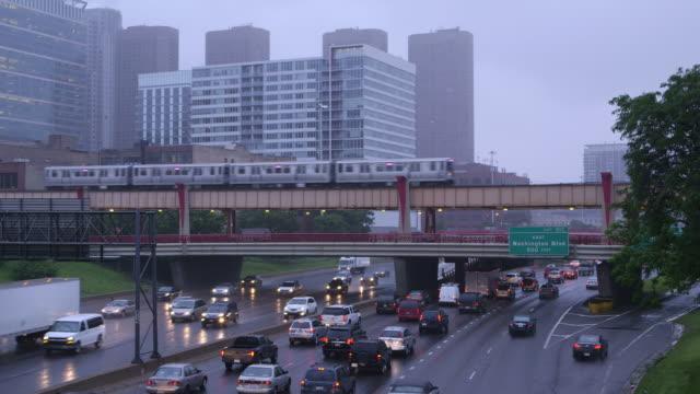 vídeos de stock, filmes e b-roll de ws skyline with expressway and passing train - metrô de chicago
