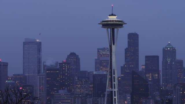 vídeos de stock e filmes b-roll de ws pan skyline with space needle at dusk / seattle, washington, usa - space needle