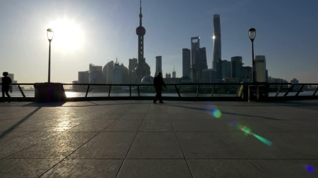 vidéos et rushes de la ville de banlieue moderne et les bâtiments de shanghai au rive au coucher du soleil. - famous place
