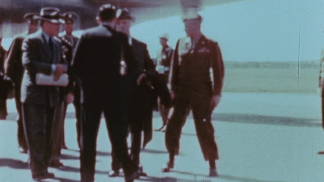 vidéos et rushes de skymaster at gatow henry stimson walking on tarmac matthew ridgway shaking hands and james byrnes descending boarding stairs and shaking hands with... - 1945