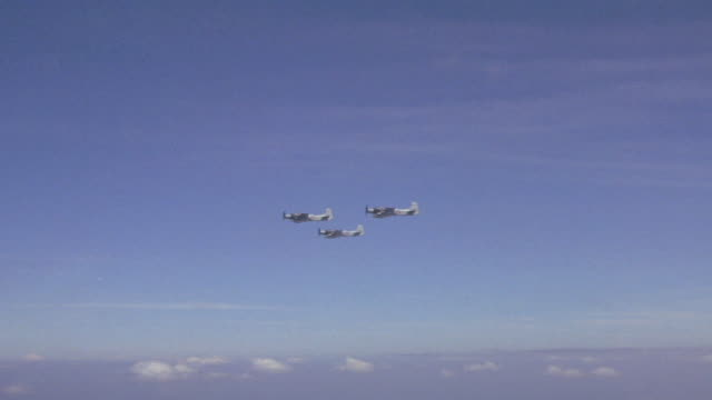 skyraiders flying in formation / vietnam - formato panoramico con bande nere video stock e b–roll