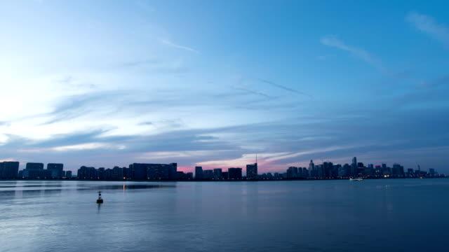 スカイ、川と近代的なビル.time 夕暮れの低速度撮影です。 - 遊覧船点の映像素材/bロール