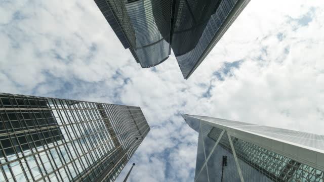 vidéos et rushes de gratte-ciel et les nuages vers le laps de temps - central district de hong kong