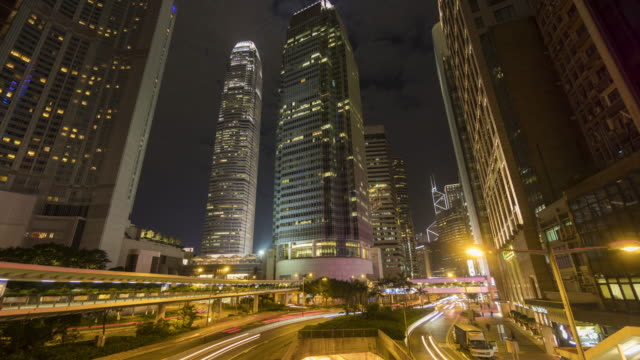 vidéos et rushes de laps de temps de gratte-ciel et de la circulation - île de hong kong