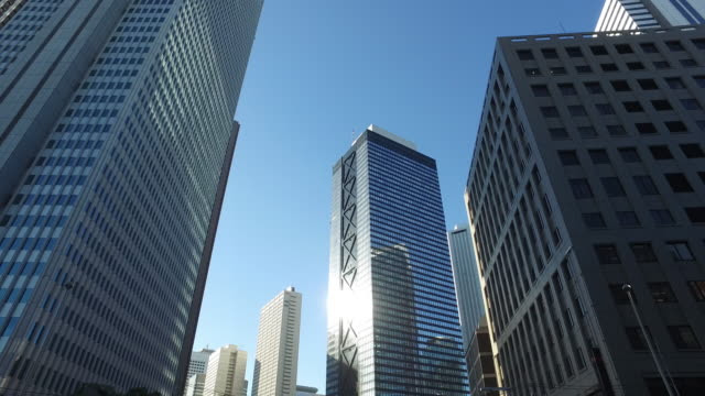wolkenkratzer in shinjuku, tokio, japan - schwenk stock-videos und b-roll-filmmaterial