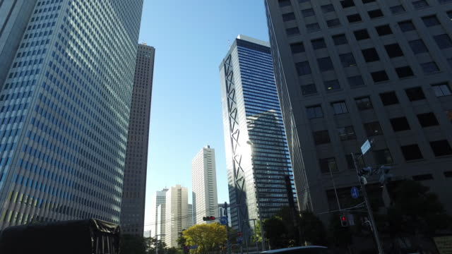 新宿東京の超高層ビル - パン効果点の映像素材/bロール