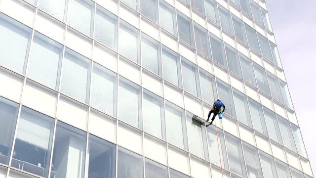 vidéos et rushes de gratte-ciel, nettoyage de bâtiment moderne. - nettoyer
