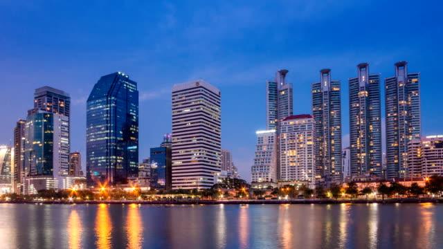 Gratte-ciel de Bangkok bâtiment hauteur et appartements devant Park Du crépuscule à la nuit en accéléré