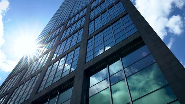 wolkenkratzer in berlin, zeitraffer - skyscraper stock-videos und b-roll-filmmaterial