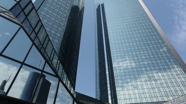 skyscraper in frankfurt - panoramicare verticalmente video stock e b–roll