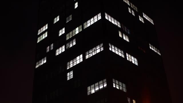 vídeos de stock, filmes e b-roll de arranha-céus em londres. as luzes se apagam, o lapso de tempo - acendendo