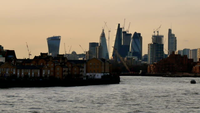 Skyskrapa kontorsaffären byggnad i London, England dolly skott