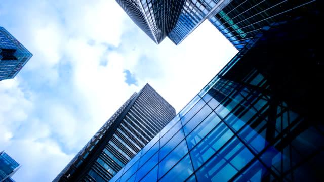 vídeos de stock, filmes e b-roll de arranha-céus de escritório negócios edifício em londres, inglaterra-time-lapse - concreto
