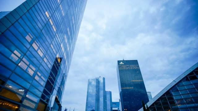 4K wolkenkrabber office business gebouw in Parijs, La defense - time-lapse 4K