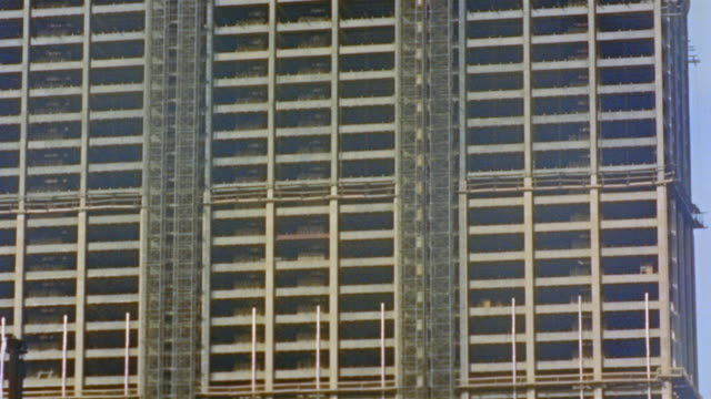 1957 tu td skyscraper under construction / new york city - 1957 stock-videos und b-roll-filmmaterial
