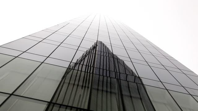 vídeos de stock, filmes e b-roll de arranha-céu - armação de janela
